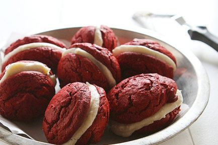 Red Velvet Sandwich Cookies with Brown Butter Cream Cheese #cookies #Christmas