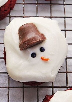 Red Velvet and Cream Cheese Melting Snowman Cookies #cookies #christmas #redvelvet #creamcheese