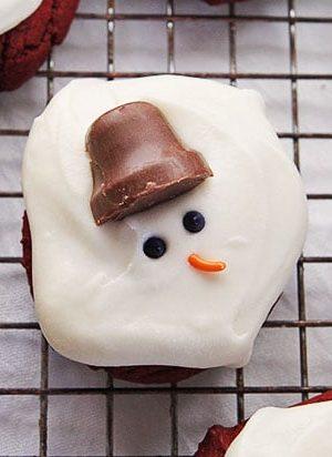 Red Velvet and Cream Cheese Melting Snowman Cookies #cookies #christmas #redvelvet #creamcheese