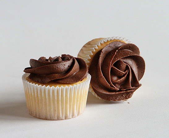 Four Easy Ways to Frost a Cupcakes with an Open Star Tip! #chocolate #buttercream #cupcakedecorating #rosette #rosecupcake