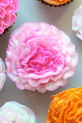 How to Pipe a Buttercream Carnation! (video)