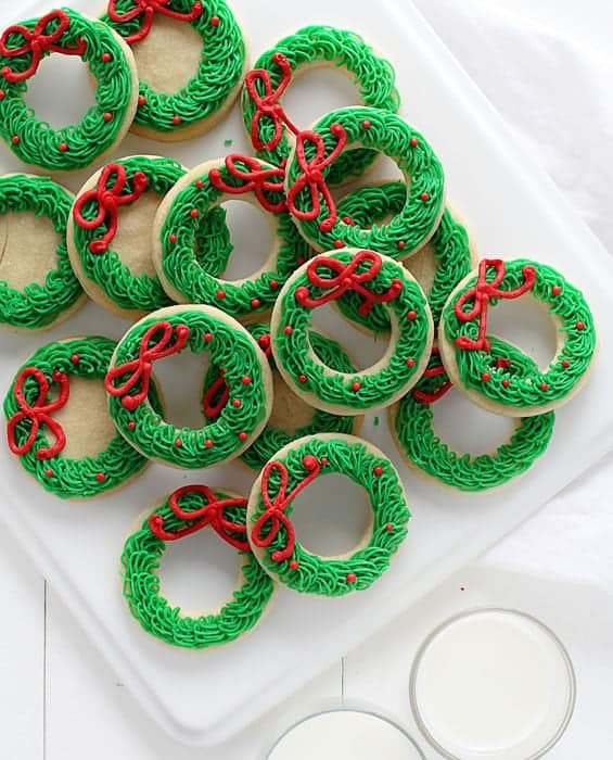 How to make adorable buttercream wreath with a very special decorators tip!