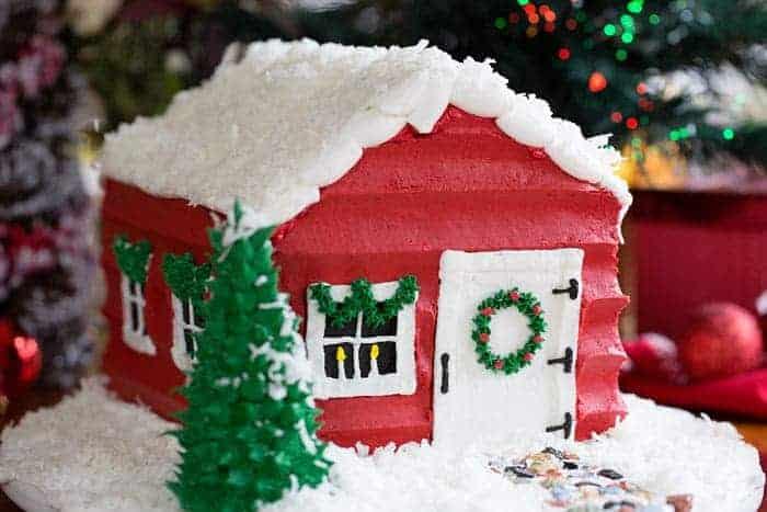 Recreate Santa's House with some easy cake decorating!! #christmas #christmascake #baking #cake