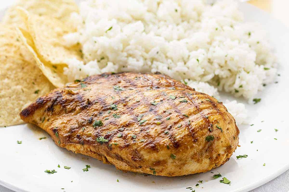 Prato de frango coentro com arroz e batatas fritas de pacote