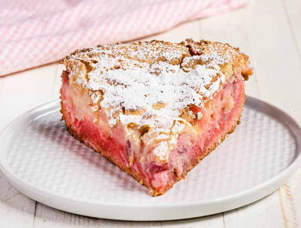 Easy Strawberry Ooey Gooey Cake