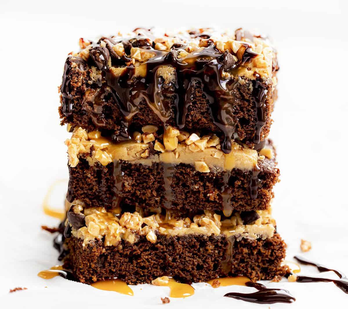 Morceaux de gâteau au caramel salé empilés et avec sauce au chocolat arrosé