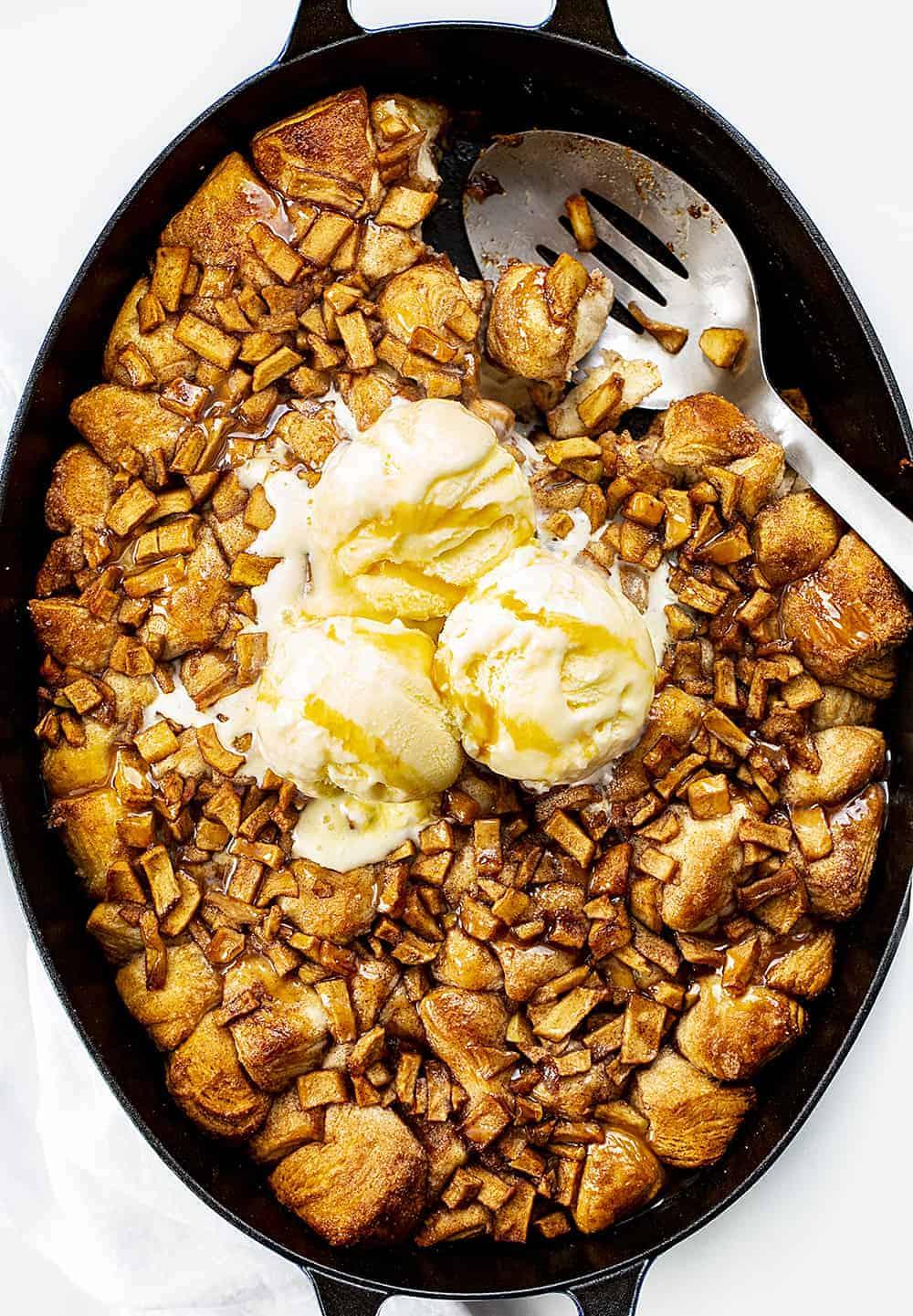 Vue aérienne du pain de beignet aux pommes avec cuillère et crème glacée