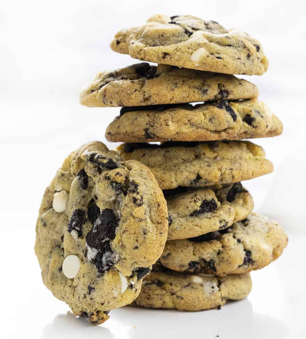 Cookies et cookies à la crème empilés avec un reposant sur le côté
