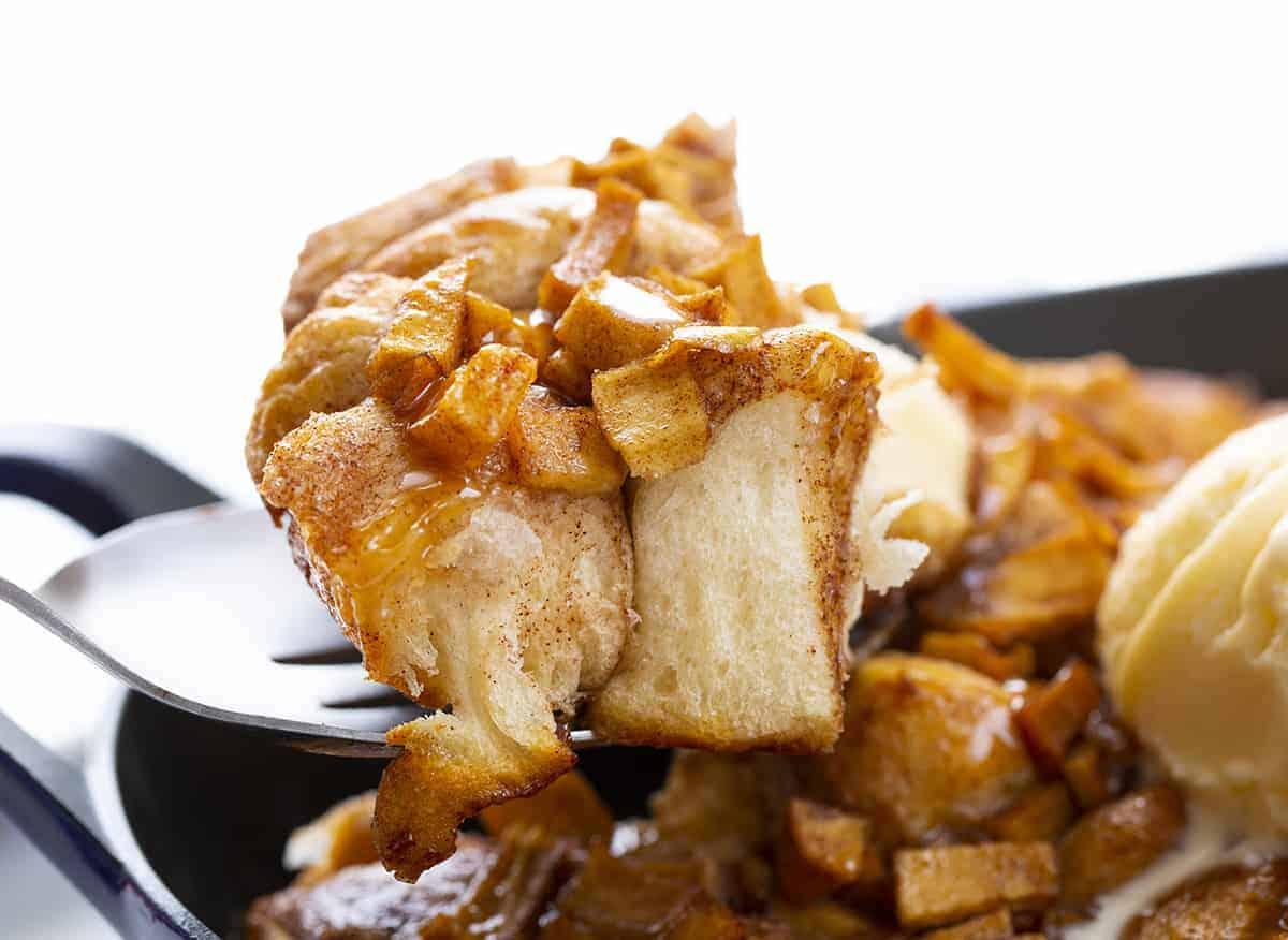 Cuillère de pain aux beignets et aux pommes
