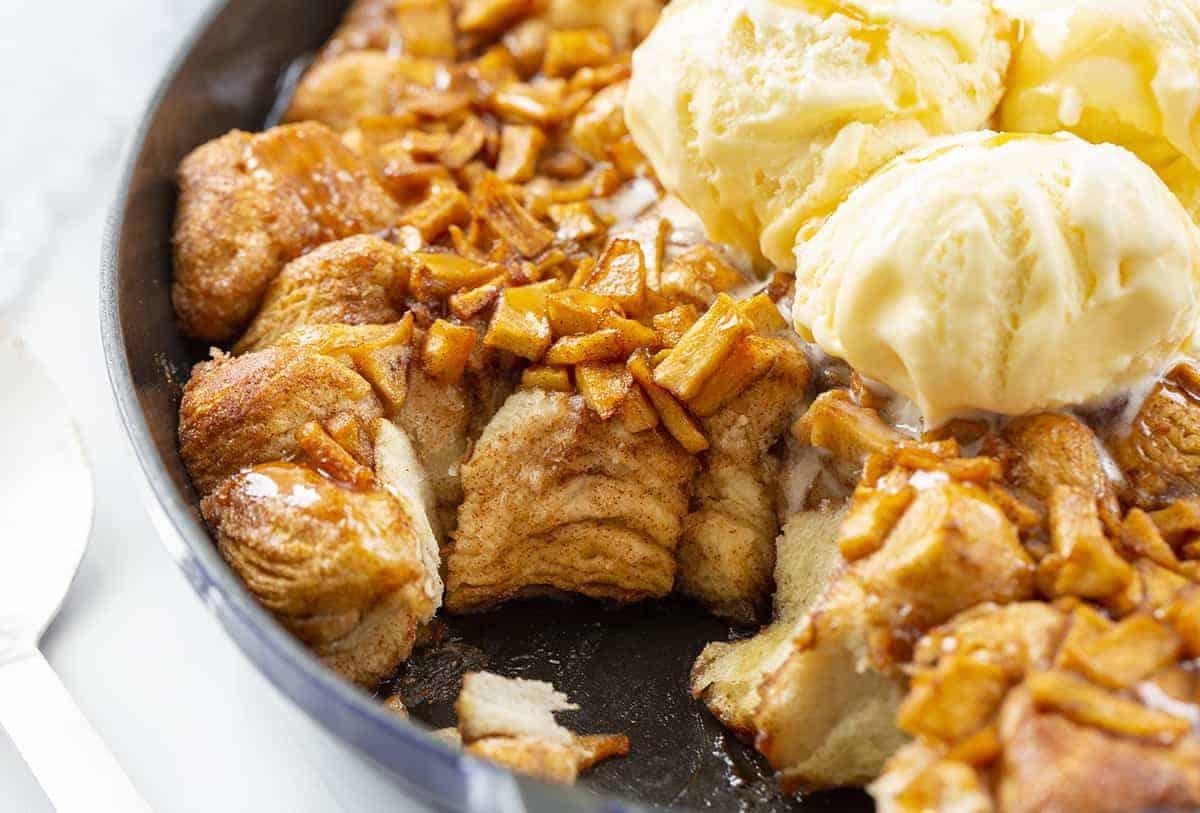 Montrant la texture intérieure des beignets aux pommes