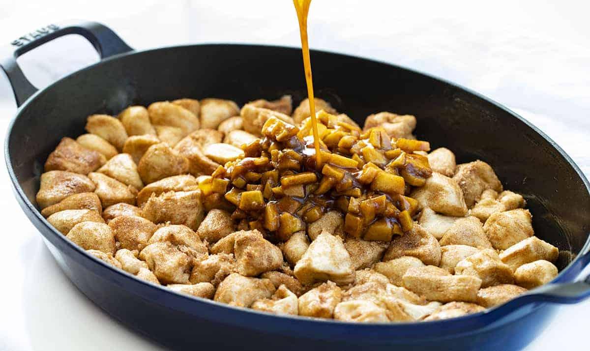 Sauce aux pommes bruissante sur pain pour beignets aux pommes à la poêle