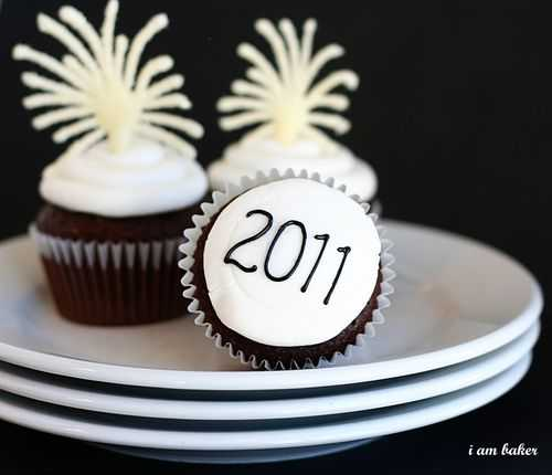 Cupcake Decorating Ideas New Years Eve : New Years Eve Cupcakes {Tutorial} - i am baker